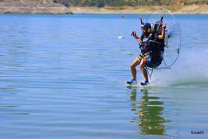 Vicente Palmero toca el agua mientras compite en un mundial