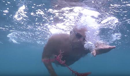Este hombre de agua se entrena en las aguas de La P^laya de Las Canteras
