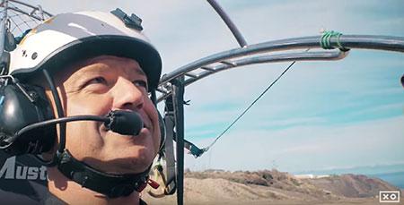 Andy Ortega se monta en un paratrike para volar sobre Las Canteras
